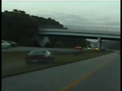 Водитель влетает в опору моста на 160 км/ч