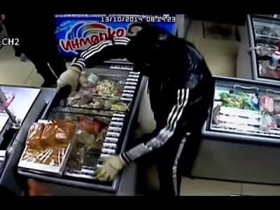 Женщина выгнала вооруженных разбойников из магазина / Woman chased armed robbers from store