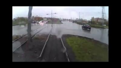 На остановке пенсионерка попала под колеса трамвая