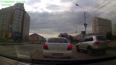 ДТП Омск: Водитель легковушки не уступил дорогу КамАЗу (17.09.2015)