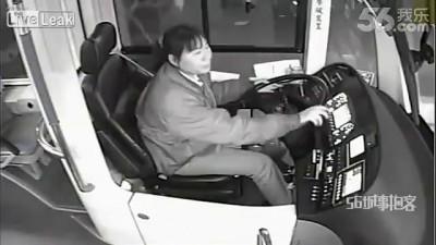 Женщина остановила автобус после ДТП
