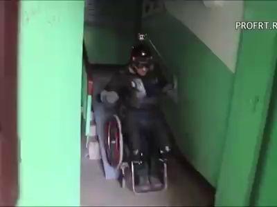 Каскадёр решил протестировать пандусы для инвалидов в большом городе
