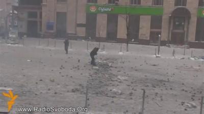 Украинцы своих не бросают. Ребята спасают своего от беркута(боевики режима)