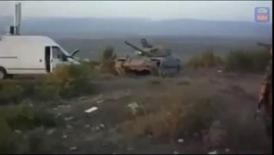 """Танк Ополчения давит микроавтобус """"Мерседес"""""""