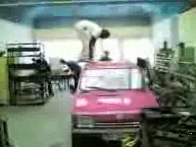 С розовой машины не прыгайте