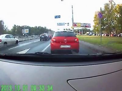Водятел на Ауди Q7 нападает на водителя Mazda 3