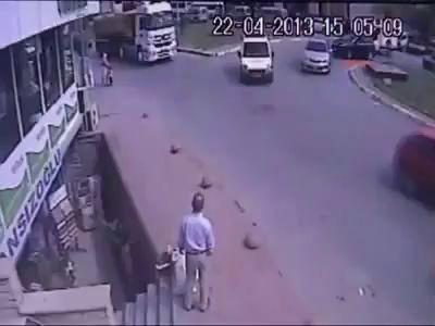 Грузовик сбил маму и ребенка на переходе