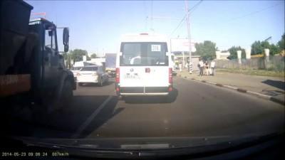 Водитель автобуса задел женщину отъезжая от остановки