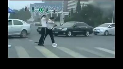 Не поделенный перекрёсток . Драка полцейских .