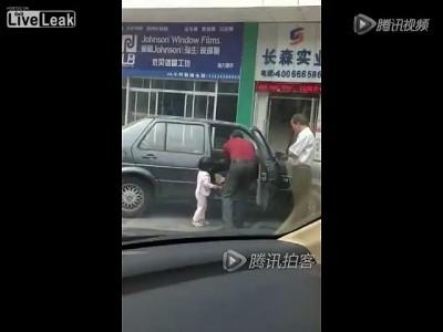 Китайский урод бьет ребенка