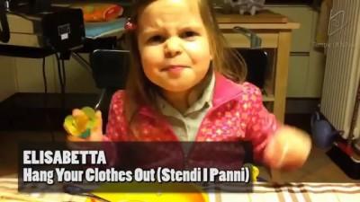 Маленькая девочка поет тяжелый рок