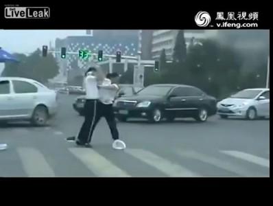 Драка полицейских девушек на дороге