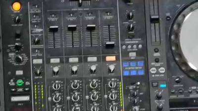 Чем занимается DJ 'Natalia Paris' на сцене?