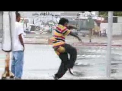 Негры танцуют на перекрестке