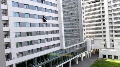 человек падает с го этажа