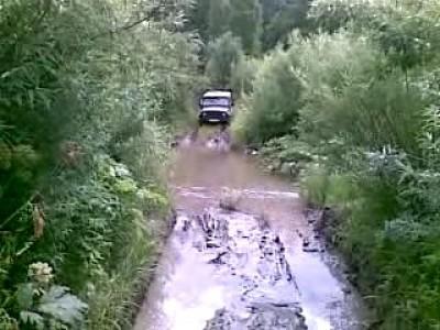 УАЗ форсирует лужу