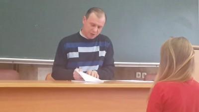 преподаватель проверяет