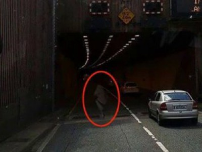 Дальнобойщик уверен, что заснял ПРИВИДЕНИЕ на дороге