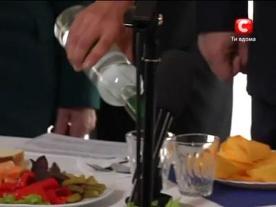 Янукович пьет водку