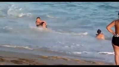Кит выбросился на пляж