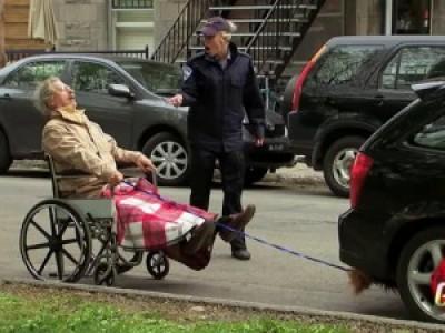 """Зацепер"" с собачкой (Man In Wheelchair Gets Pulled By Car Prank)"