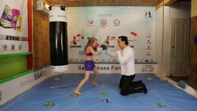Маленькая девочка - будущая чемпионка по боксу