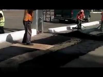 В Брянске укладывают асфальт НОГАМИ