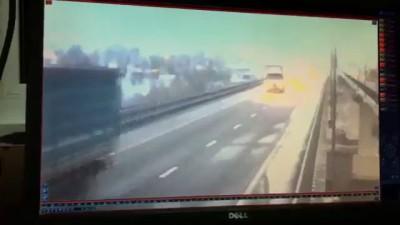 фура вылетела с моста в реку.