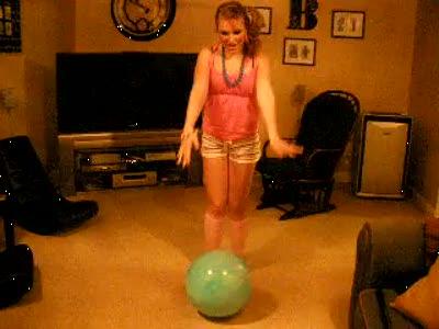 Девушка неудачно прыгнула на шарике
