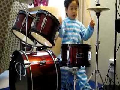 Малыш барабанщик жжет