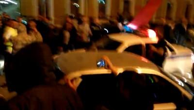 В Оренбурге пьяная толпа на 9 мая окружила патруль ДПС