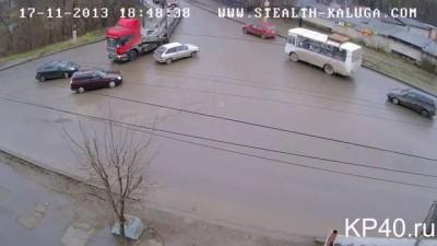 Беспредел. Два мужика бьют женщину на дороге.