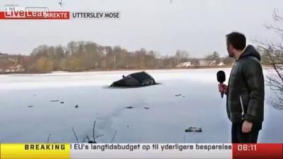 Машина едет по льду в прямом эфире .