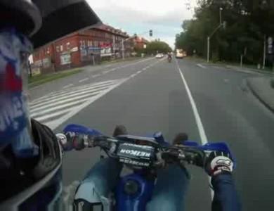 Мотоциклист прикололся по доброму при езде