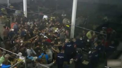Беженцам бросают еду в толпу - венгерская полиция кормит мигрантов