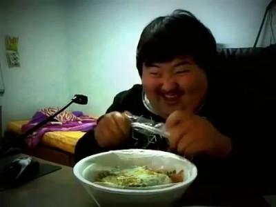 толстый китаец ржёт над едой