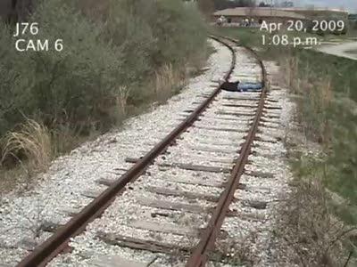Человека сбил поезд