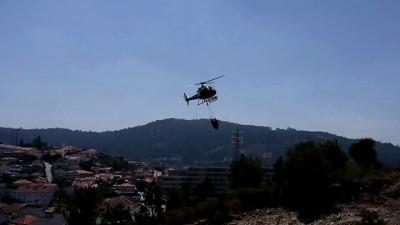Вертолет зачерпывает воду из бассейна