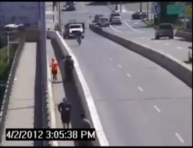 Не дали уехать сбившему велосипедистку .
