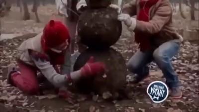 Алла Михеева и Иван Ургант показали как слепить снеговика из грязи