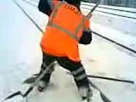 Пьяный путеец с лопатами