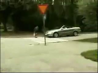 Бабка бьет по мерседесу срабатывает подушка