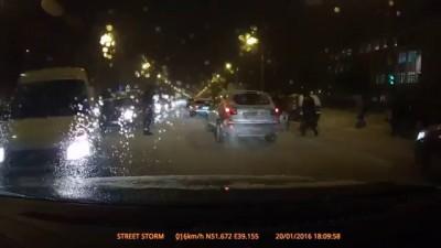 Неадекватные пешеходы в Воронеже прыгают по машине
