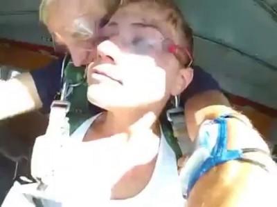 Девушка прыгает с парашютом!!! Много эмоций.