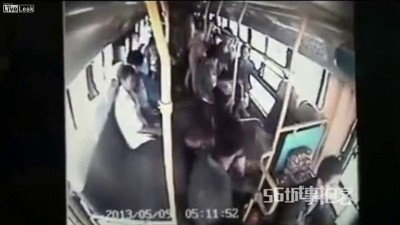 В автобусе у девушки украл кошелёк , но далеко не убежал через окно . Китай