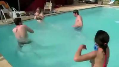 Парень обосрался в бассейне, понос ЖЕСТЬ