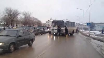 Полицейские силой вытаскивают из-за руля водителя из автобуса