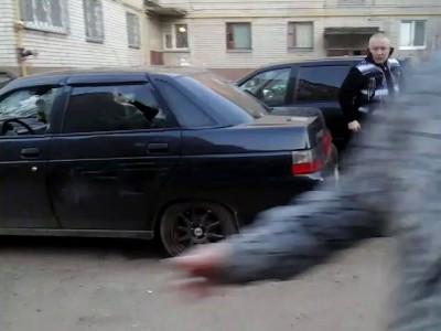 Мужик разбил машину монтировкой