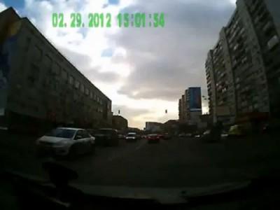 Очень неожиданный пешеход. Водитель не среагировал...