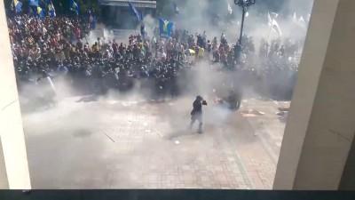 Видео взрыва гранаты у здания Рады.